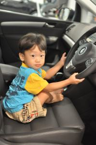 The toddler wants to drive the car (at 2 years old)