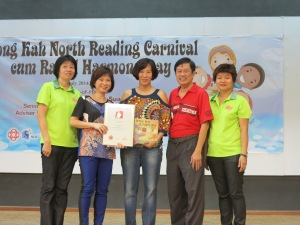 With Dr Amy Khor (L) and the President for the Singapore Book of Records (R)